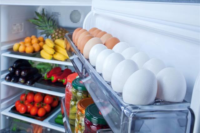 Dù là trứng gà hay trứng vịt, bạn cũng không nên cất ở cánh cửa tủ lạnh (Ảnh: Internet)