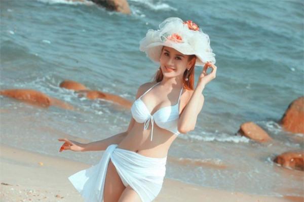Với lợi thế chiều cao cùng thân hình chuẩn, Lâm Chi Khanh rất tự tin khi diện bikini ở bãi biển.