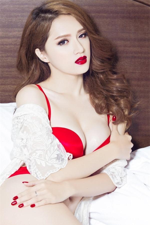 """Hương Giang thường xuyên xuất hiện trong những shoot hình đầy táo bạo khoe trọn vòng 1 """"đốt mắt"""" khán giả."""