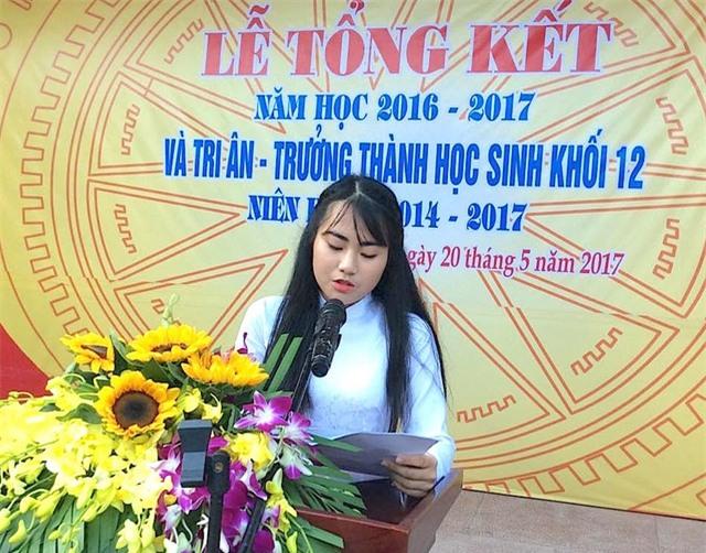 Em Hồ Ngân Hạnh - lớp 12C1, chuyên Văn phát biểu cảm nghĩ bằng một bài văn ngắn gọn của mình chia tay các thầy cô và bạn bè.