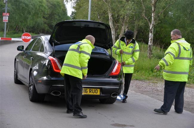 Xe cầu thủ Man Utd bị kiểm tra sau vụ nổ bom ở Manchester - Ảnh 1.