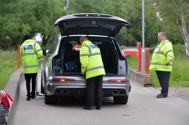 Xe cầu thủ Man Utd bị kiểm tra sau vụ nổ bom ở Manchester - Ảnh 5.