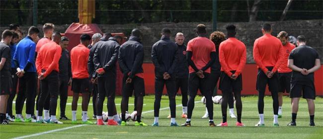 Xe cầu thủ Man Utd bị kiểm tra sau vụ nổ bom ở Manchester - Ảnh 7.