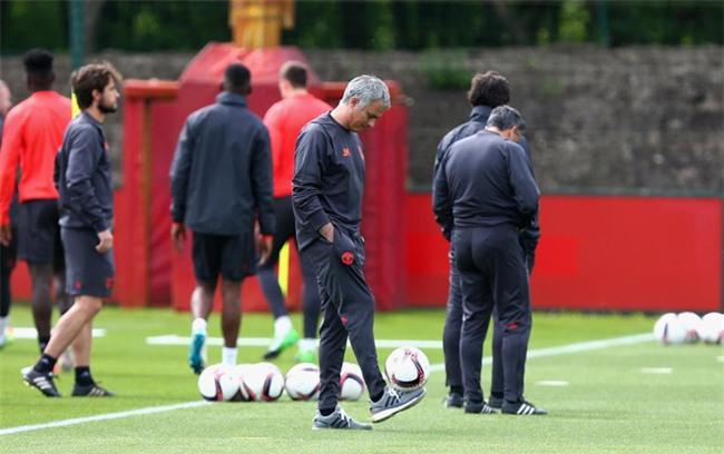Xe cầu thủ Man Utd bị kiểm tra sau vụ nổ bom ở Manchester - Ảnh 8.