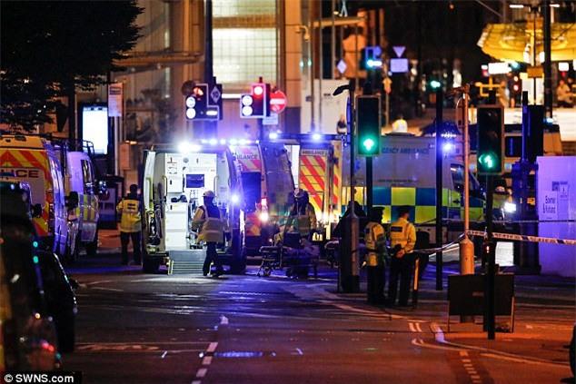 Beckham, Ronaldo... tưởng niệm nạn nhân trong vụ nổ bom ở Manchester - Ảnh 1.