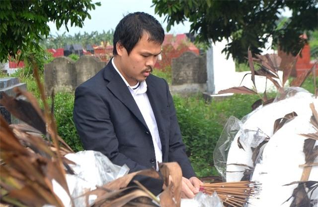 Anh Hào thắp hương bên phần mộ con gái trước khi trở lại Nhật Bản. Ảnh: Đ.Tuỳ