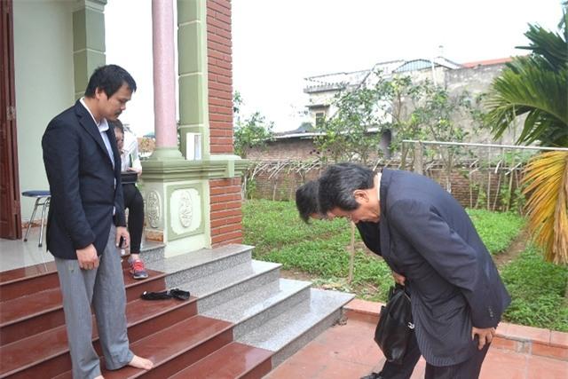 Đại sứ Nhật Bản tại Việt Nam đến gia đình bé Linh xin lỗi. Ảnh: Đ.Tuỳ