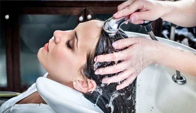 Những sai lầm trong việc chăm sóc khiến bạn rụng tóc cả nắm mỗi ngày - Ảnh 3.
