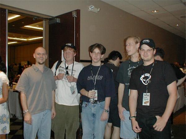 Koum (ngoài cùng bên phải) cùng một số thành viên của w00w00.