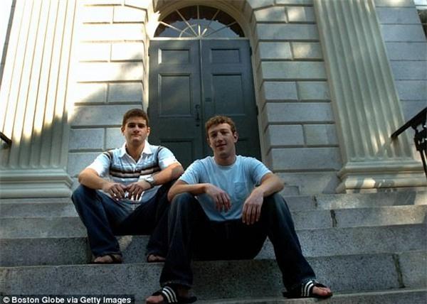 Mark Zuckerberg chụp ảnh cùng người bạn ở chung ký túc xá và là người đồng sáng lập mạng xã hội Facebook, Dustin Moscowitz, vào năm 2004, trước khi bỏ học Harvard