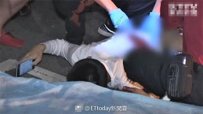 Trúng 3 nhát dao sau cuộc đụng độ, chàng trai 15 tuổi vẫn điềm tĩnh nằm sấp mặt trên đường lướt web - Ảnh 1.