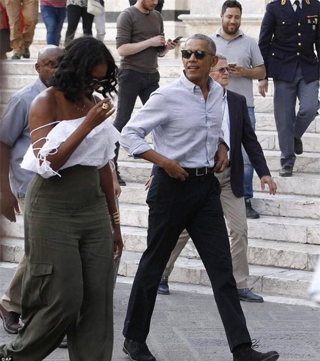 Cựu Đệ nhất phu nhân Michelle Obama diện áo hở vai đầy gợi cảm sánh bước bên chồng tại Ý - Ảnh 1.