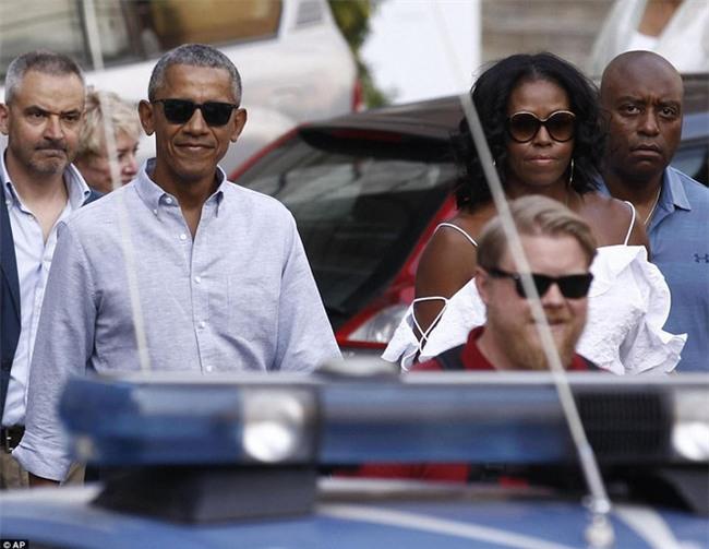 Cựu Đệ nhất phu nhân Michelle Obama diện áo hở vai đầy gợi cảm sánh bước bên chồng tại Ý - Ảnh 2.