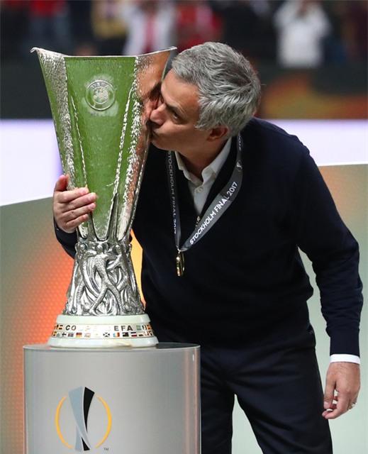 Cận cảnh Mourinho ăn mừng hoang dại với con trai - Ảnh 11.