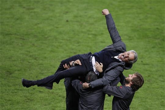Cận cảnh Mourinho ăn mừng hoang dại với con trai - Ảnh 12.