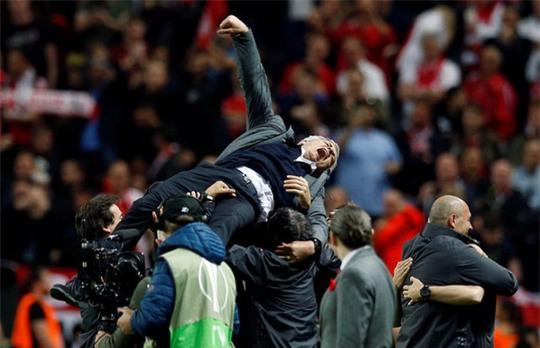 Cận cảnh Mourinho ăn mừng hoang dại với con trai - Ảnh 13.