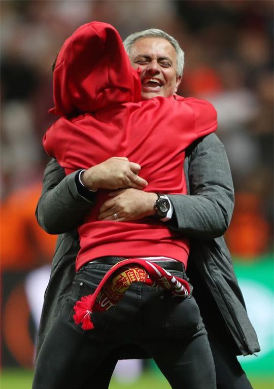 Cận cảnh Mourinho ăn mừng hoang dại với con trai - Ảnh 3.