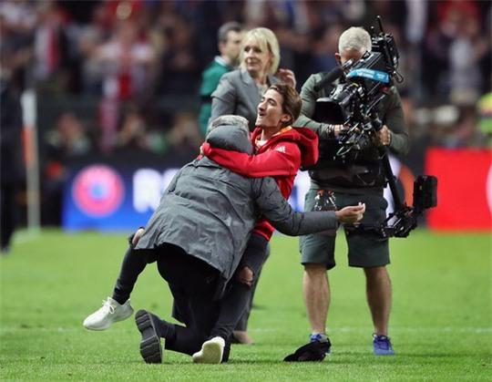Cận cảnh Mourinho ăn mừng hoang dại với con trai - Ảnh 4.