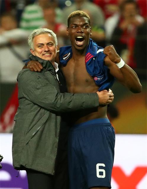 Cận cảnh Mourinho ăn mừng hoang dại với con trai - Ảnh 9.