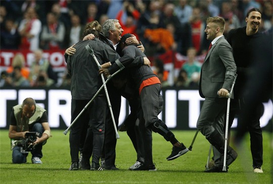 Cận cảnh Mourinho ăn mừng hoang dại với con trai - Ảnh 10.