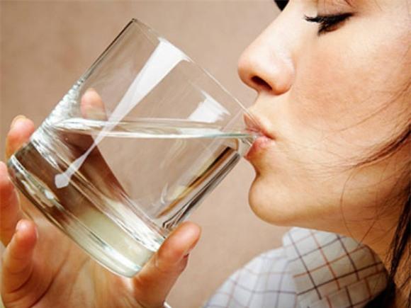 uống nước, uống nước khi đói, uống nước khi đói chữa bệnh, nước