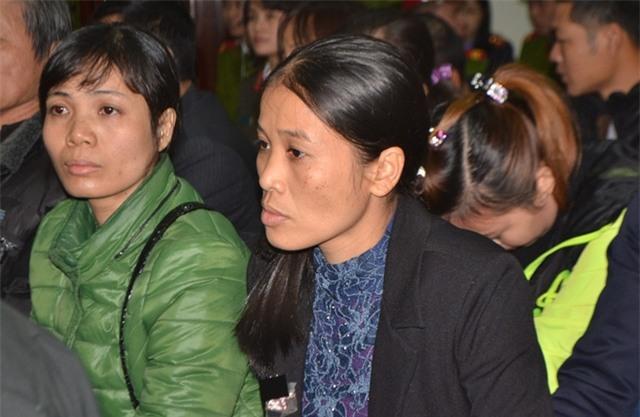Chị Thanh (áo đen) và chị Oanh (áo xanh) trong phiên toà xử Doãn Trung Dũng tháng 12/2016. Ảnh: Đ.Tuỳ