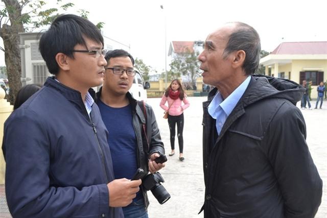 Ông Vũ Văn Hùng (chồng bà Hát) trao đổi với PV Báo Gia đình & Xã hội tại phiên toà xét xử. Ảnh: Đ.Tuỳ
