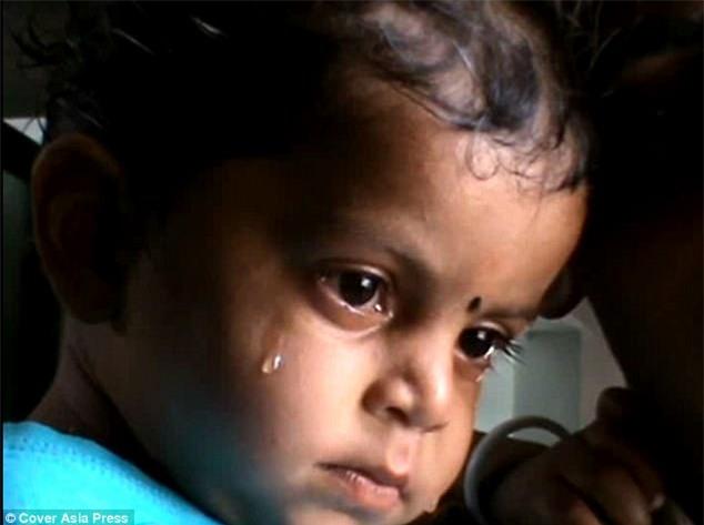 Khoảnh khắc đau lòng: Bé 17 tháng tuổi lần tìm bú sữa mà không hề biết rằng mẹ đã qua đời - Ảnh 4.