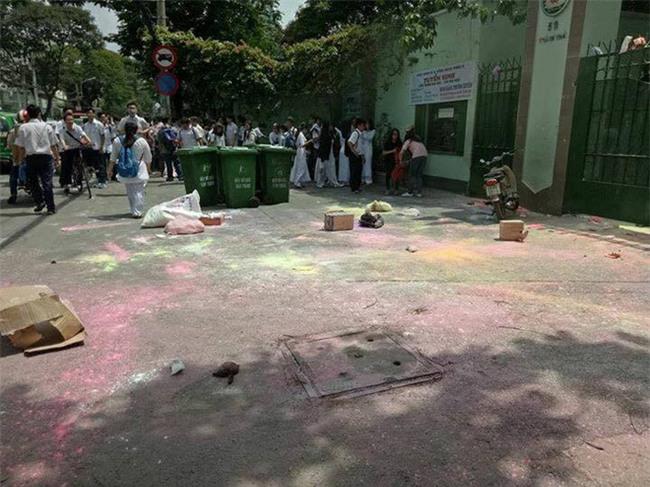 Sau lễ bế giảng, nhóm học sinh cấp 3 ở Sài Gòn thi nhau ném bom sơn, bột màu vào trong sân trường - Ảnh 2.