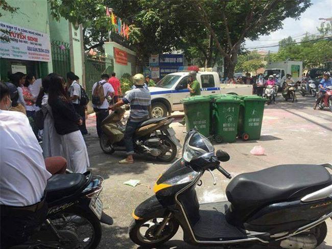 Sau lễ bế giảng, nhóm học sinh cấp 3 ở Sài Gòn thi nhau ném bom sơn, bột màu vào trong sân trường - Ảnh 3.