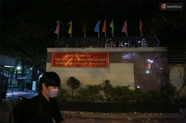 Sau lễ bế giảng, nhóm học sinh cấp 3 ở Sài Gòn thi nhau ném bom sơn, bột màu vào trong sân trường - Ảnh 4.