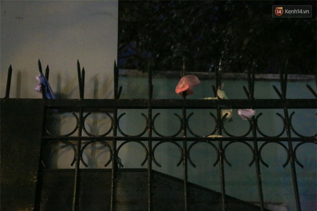 Sau lễ bế giảng, nhóm học sinh cấp 3 ở Sài Gòn thi nhau ném bom sơn, bột màu vào trong sân trường - Ảnh 5.