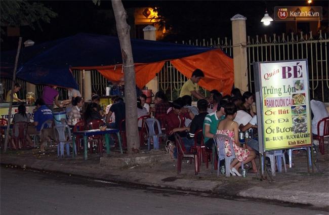 """""""Hạnh phúc không lời"""" nơi quán ăn vặt dễ thương của đôi vợ chồng trẻ bị câm điếc ở Đà Nẵng - Ảnh 1."""