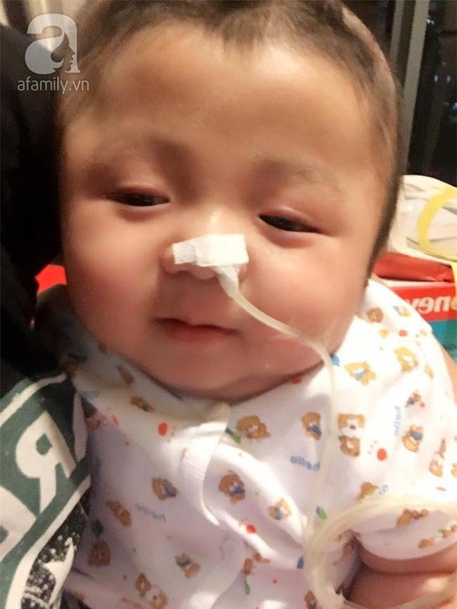 Vỡ òa hạnh phúc khi bé Phạm Đức Lộc đã mọc răng, đang tập lật - Ảnh 4.