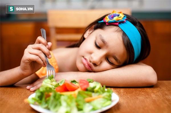 Bé 4 tuổi đau dạ dày: Bài học trả giá bằng sức khoẻ cha mẹ cố nhồi nhét con ăn nên đọc - Ảnh 2.