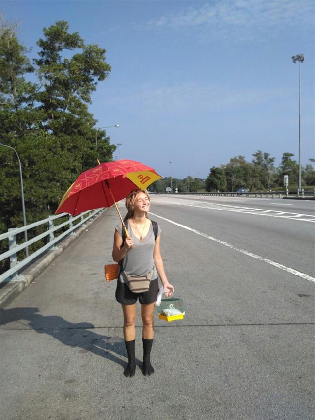 Cô gái ngoại quốc xinh đẹp bịt mắt, dang tay free hugs gây náo loạn phố đi bộ Hà Nội - Ảnh 10.