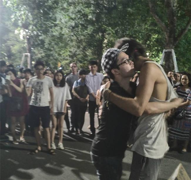 Cô gái ngoại quốc xinh đẹp bịt mắt, dang tay free hugs gây náo loạn phố đi bộ Hà Nội - Ảnh 12.