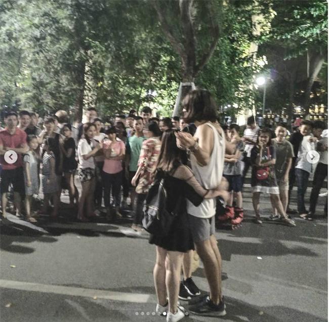 Cô gái ngoại quốc xinh đẹp bịt mắt, dang tay free hugs gây náo loạn phố đi bộ Hà Nội - Ảnh 14.