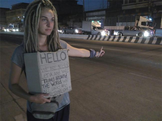 Cô gái ngoại quốc xinh đẹp bịt mắt, dang tay free hugs gây náo loạn phố đi bộ Hà Nội - Ảnh 4.