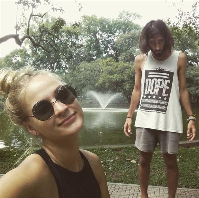 Cô gái ngoại quốc xinh đẹp bịt mắt, dang tay free hugs gây náo loạn phố đi bộ Hà Nội - Ảnh 6.