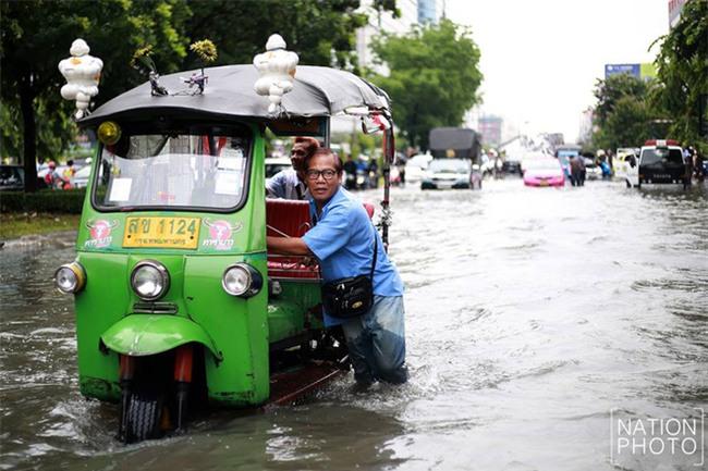Chán cảnh ngập lụt dầm dề ở Bangkok, dân mạng hô biến con đường nước đen ngòm thành dòng biển xanh ngắt - Ảnh 2.