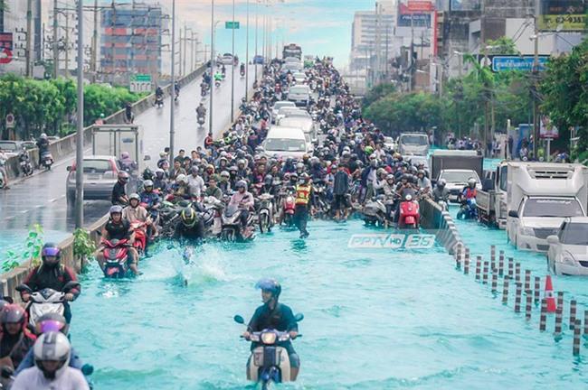 Chán cảnh ngập lụt dầm dề ở Bangkok, dân mạng hô biến con đường nước đen ngòm thành dòng biển xanh ngắt - Ảnh 6.
