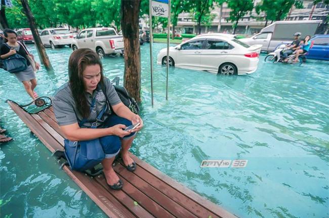 Chán cảnh ngập lụt dầm dề ở Bangkok, dân mạng hô biến con đường nước đen ngòm thành dòng biển xanh ngắt - Ảnh 8.