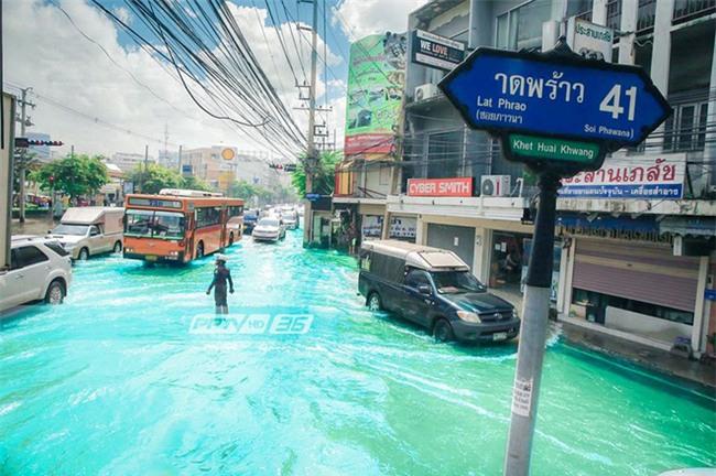 Chán cảnh ngập lụt dầm dề ở Bangkok, dân mạng hô biến con đường nước đen ngòm thành dòng biển xanh ngắt - Ảnh 9.