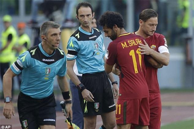 Hoàng tử Francesco Totti khóc nức nở trên vai vợ trong ngày chia tay AS Roma - Ảnh 2.