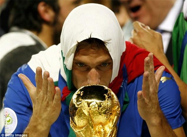 Hoàng tử Francesco Totti khóc nức nở trên vai vợ trong ngày chia tay AS Roma - Ảnh 13.