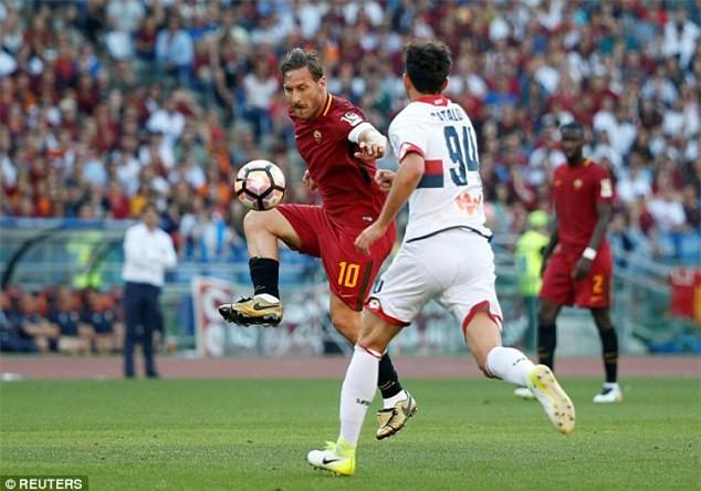 Hoàng tử Francesco Totti khóc nức nở trên vai vợ trong ngày chia tay AS Roma - Ảnh 3.