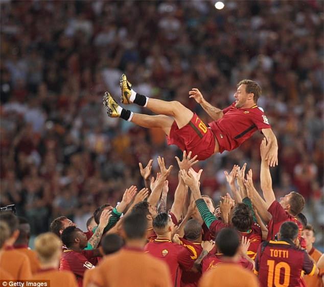 Hoàng tử Francesco Totti khóc nức nở trên vai vợ trong ngày chia tay AS Roma - Ảnh 4.