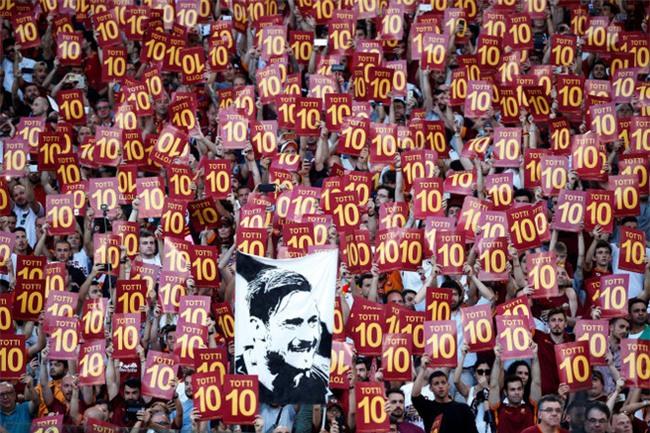 Hoàng tử Francesco Totti khóc nức nở trên vai vợ trong ngày chia tay AS Roma - Ảnh 5.