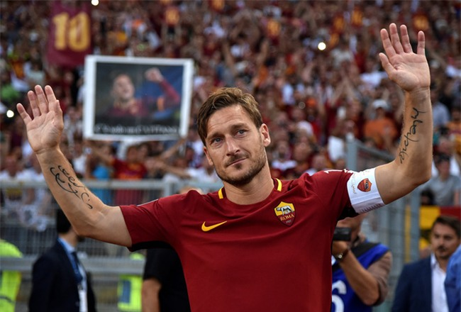 Hoàng tử Francesco Totti khóc nức nở trên vai vợ trong ngày chia tay AS Roma - Ảnh 6.